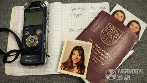 Bandspelare, pass och passfoton, ett anteckningblock.