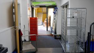 En ingång där det står lådor och andra saker som används när man flyttar.
