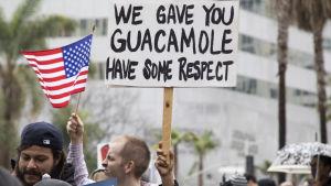 Människor protesterar mot presidenten i Los Angeles den 18 februari.