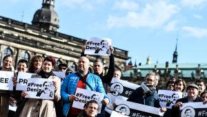"""Demonstranter i Dresden, Tyskland, kräver den 2 mars 2017 att turkiska myndigheter ska släppa den fängslade tysk-turkiska journalisten Deniz Yücel. De håller skyltar där det står """"Free Deniz""""."""