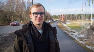 Filip Björklöf (SFP) hänger up valplakat i Karis inför kommunalvalet 2017.