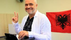 Socialistiska partiets ledare Edi Rama röstar i parlamentsvalet.