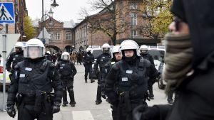Poliser upprätthåller ordningen i Tammerfors där den Nordiska motståndsrörelsen och motdemonstranter marsherar.