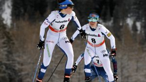 Kerttu Niskanen och Krista Pärmäkoski hjälps åt i spåret.