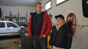 Två män i en bilverkstad.