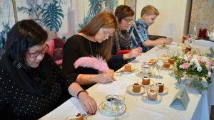 jury smakar på runebergstårtor i runebergs hem