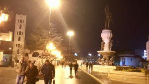 Gatubild från Skopje en mör och sen kväll då många mänskor är ute på stan men stämningen är lugn