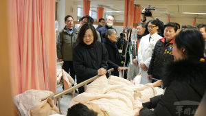President Tsai Ing-wen (kvinnan till vänster) besökte ett sjukhus i Hualien på onsdag morgon.