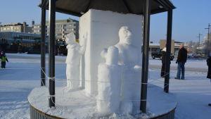 Seth Åkerlunds snöskulpturer pryder torget