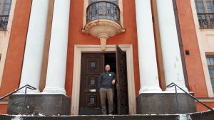 Tomas Jakobsson framför Karleby stadsteater.