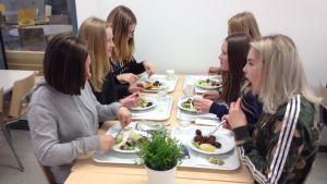 Skolelever äter skollunch i Källhagens skola i Virkby.