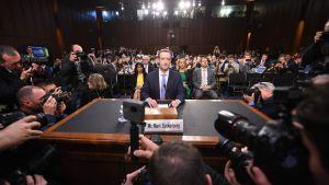 MArk Zuckerberg omgiven av kameror på plats i kongressufrågning