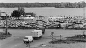 Bilar kör i korsning, svartvit bild i Fiskehamnen.