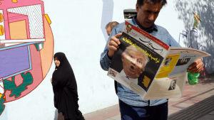 En man läser en tidning i Iran