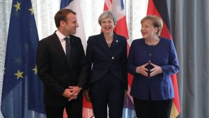 EU-ledarna Emmanuel Macron, Theresa May och Angela Merkel under mötet i Sofia.