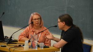 Maria Turtschaninoff blir intervjuad i ett auditorium under Finncon.