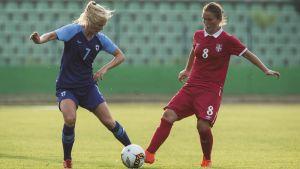 Adelina Engman kämpar om bollen