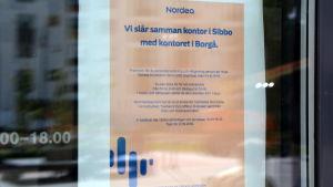 Lapp på Nickbykontorets dörr där Nordea meddelar om att kontoret stänger.