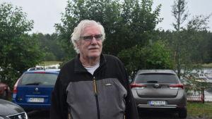 Peter Pipping står framför några bilar