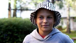 Ung kille i hatt.