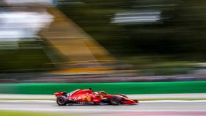 Ferrari-bil i farten.