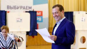 Rysslands premiärminister Dmitrij Medvedev ler vid valurnan i Moskva, i regionalval i september 2018