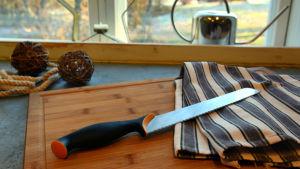 En brödkniv på en skärbräda.