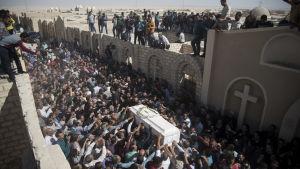 Hundratals sörjande deltog i begravningen av en av de sju mördade pilgrimerna i Minya