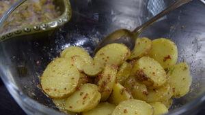 Kulhollinen valmista perunasalaattia  keittiössä.