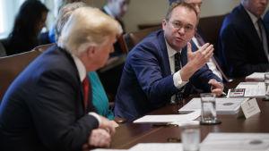 En bild på två män som talar, den ena är stabchefen för vita huset och den andra president donald trump