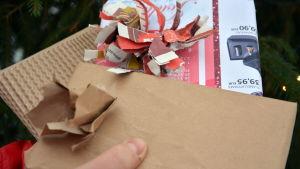Julklappar inslagna i tidningspapper och returpapper.