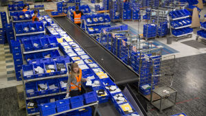Personal arbetar på Postens logistikcentral