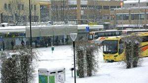 Busstationen i Borgå intäkt i snöfall.