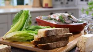 Club sandwich raaka-aineet keittiön pöydällä.