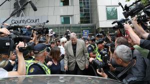 Utanför domstolen i Melbourne på tisdag trängdes både journalister, offer för sexövergrepp och många ilskna demonstranter som skrek glåpord åt kardinal Pell.