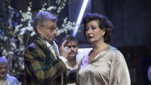 Gajev puhuu sormi pystyssä sisarelleen Ranevskajalle. Rooleissa Kari Mattila ja Heidi Herala.