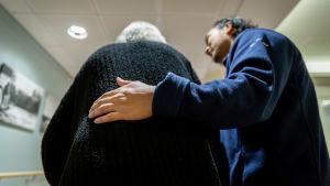Lähihoitaja Bern Amar työssään auttamassa vanhusta, Attendo, Vantaa, 12.11.2018.