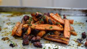 Paahdettuja porkkanoita kera tillin, chorizon ja etikan uunipellillä.