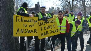 Demonstranter utanför ämbetshuset i Smedsby.
