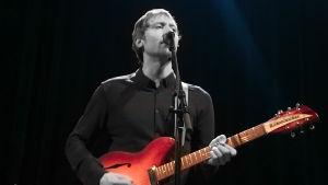 Markus Nymalm i bandet Pastis spelar gitarr på skivreleasegig 2019.