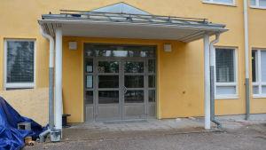 Eklöfska skolans entré i Borgå.