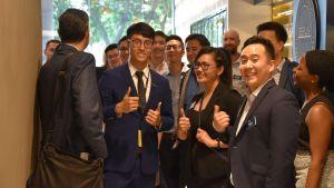David Tai tar emot kinesiska och utländska delegationer.
