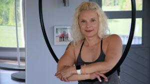En blond kvinna på ett gym iklädd gymnastikkläder.