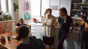 Teresia Fant står i ett kök och ger regi-instruktioner.