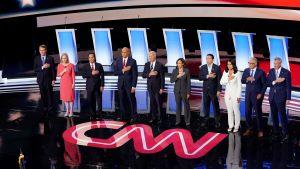 Alla 10 kandidater på rad på scenen i Detroit, handen på hjärtat under nationalsången.