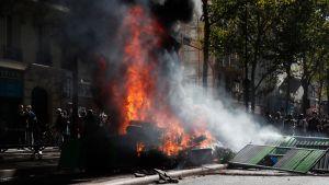 Bil brinner under demonstration i Paris 21.9.2019.