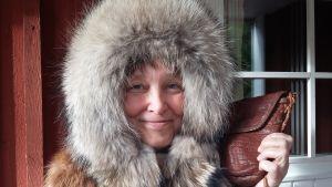 Nina Karlsson iklädd sina skinnprodukter.