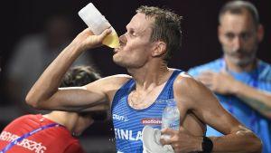 Jarkko Kinnunen dricker.