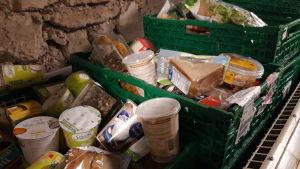 Lådor med donerad mat