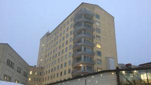 Etelä-Karjalan keskussairaalan A-torni sisäpihan puolelta.
